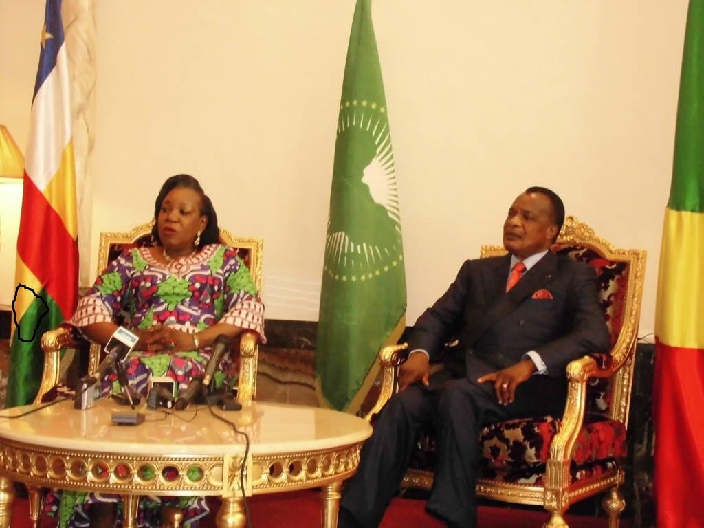 Catherine Samba-Panza à droite répondant à la presseen_compagnie_de Dénis Sassou Nguesso.(crédit photo:http://adiac-congo.com/content/centrafrique-la-presidente-de-la-transition-en-visite-officielle-de-deux-jours-brazzaville)
