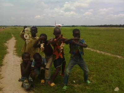 Des enfants à la recherche de champignon à côté de l'aéroport Bangui M'Poko